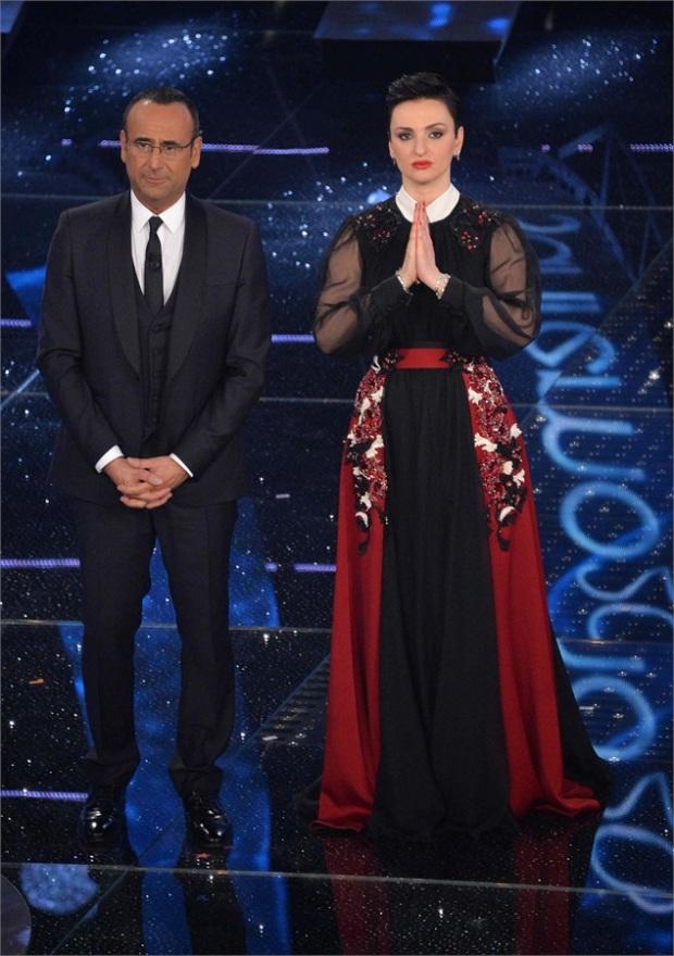 Anche Arisa vestita da Cardinale prega che il mio hashtag funzioni [Vanityfair.it]